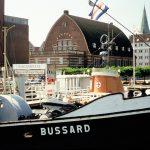 """Das Schifffahrtsmuseum mit dem Museumsschiff """"Bussard"""". Im Hintergrund ist die MuseumsbrŸcke zu erkennen. Hier liegen noch weitere Museumsschiffe.   -------------------- # Das jeweilige Foto ist Eigentum der Landeshauptstadt Kiel bzw. der fŸr sie produzierenden Fotografen und Fotoagenturen und unterliegen eingeschrŠnkten Nutzungsrechten. Es ist ausschlie§lich fŸr Presseveršffentlichungen Ÿber die Stadt Kiel frei gegeben. Diese Form der Veršffentlichung ist honorarfrei. # Die Bilder dŸrfen nicht in Soziale Netzwerke eingestellt werden. # Alle weiteren Formen der Veršffentlichung sind nur gegen Zahlung eines zu vereinbarenden Honorars an den jeweiligen Fotografen bzw. mit der Genehmigung der Bildlieferanten und Bildrechteinhaber gestattet. Ausnahmen sind schriftlich zu fixieren. # Die Motive dŸrfen Dritten nicht weitergegeben oder in Rechnung gestellt werden! # Der Bildnutzer ist in jedem Falle gemŠ§ ¤13 UrhG zur Bildquellenangabe (Landeshauptstadt Kiel/Name des Fotografen) verpflichtet.# Die Bilder dŸrfen ausschlie§lich im redaktionellen Umfeld und im Zusammenhang mit der Berichterstattung Ÿber Kiel oder die Kieler Woche verwendet werden. Eine Verwendung der Bilder im direkten Zusammenhang mit Werbung oder der Absicht der Gewinnerzielung ist nicht gestattet. # Sofern am Bild nicht anders angegeben, ist ein Property Release nicht vorhanden.# Die Bilder unterliegen einem eingeschrŠnkten Bearbeitungsrecht. Erlaubt sind €nderung der Bildgrš§e (Vergrš§erung, Verkleinerung, Beschneidung), Umwandlung des Farbraumes sowie €nderungen der Farb-, Kontrast und Helligkeitswerte. DarŸber hinaus gehende €nderungen bedŸrfen einer ausdrŸcklichen Genehmigung der Urheber. # Die Bilder dŸrfen nicht in Verbindung mit verfassungsfeindlichen oder diskriminierenden Inhalten verwendet werden.# Die dauerhafte Speicherung der Bilder auf Speichermedien oder Servern gleich welcher Art ist nicht gestattet und bedeutet eine Urheberrechtsverletzung. Die Nutzung zur Dars"""